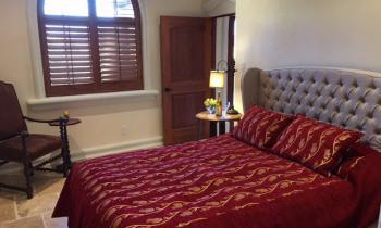 Queen bed in Chardonnay Suite